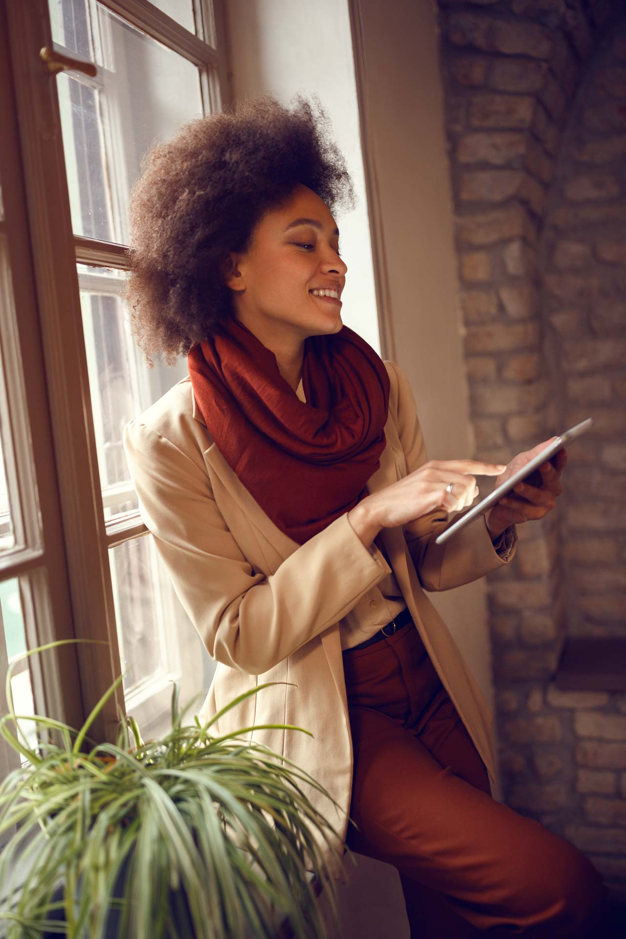 Frau mit iPad bei Terminbuchung